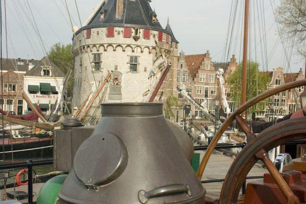 De Kapitein Anna kan niet aan het Houten Hoofd in Hoorn, maar wel aan het Oostereiland