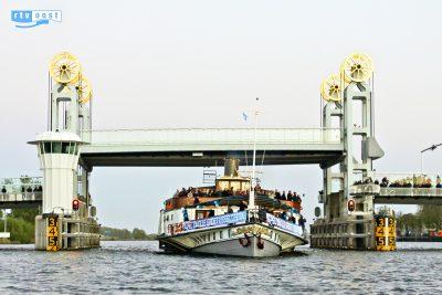 De Kapitein Anna door de Stadsbrug tijdens de vlootschouw van Sail Kampen 2014 op vrijdag 18 april (c) RTV Oost (Robin Podde)