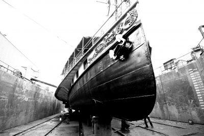 De boeg van de Kapitein Anna, droog in Zaandam (ZW)